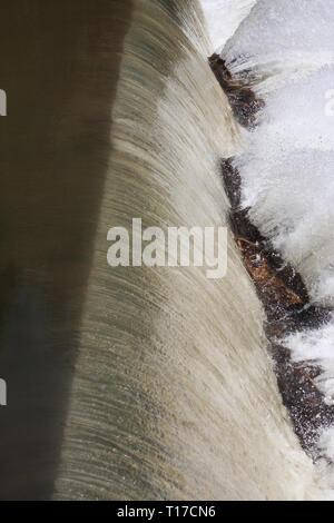 Shot verticale montrant trois étapes d'une chute - la rivière calme, l'eau qui tombe, et de l'eau éclaboussant violemment rocks off dans un Nord de la Géorgie Banque D'Images