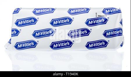 Winneconne, WI - 19 mars 2019: un paquet de McVities chocolat biscuits digestifs amincit sur un fond isolé Banque D'Images