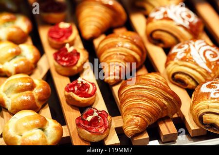 Pâtisserie fraîchement cuits sur l'affichage dans une boulangerie. Focus sélectif.