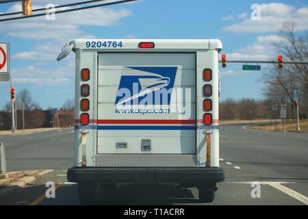 Princeton, New Jersey, USA, 16 mars 2019:United States Postal Service collecte et livraison van sur un immeuble d'habitation à New Jersey USA - Image Banque D'Images