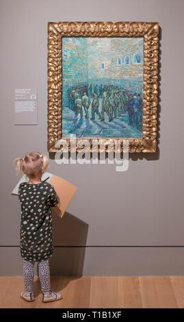 La Tate Britain, Londres, Royaume-Uni. 25 mars, 2019. L'EY: exposition Van Gogh et la Grande-Bretagne, la première exposition de prendre un nouveau regard sur l'artiste à travers sa relation avec la Grande-Bretagne à explorer comment Van Gogh a été inspiré par l'art britannique, littérature et culture tout au long de sa carrière et rassemble le plus grand groupe de Van Gogh peintures illustré au R-U pendant presque une décennie. Image: jeune fille (fourni par galerie) Encombrement La Cour de la prison, 1890. Van Gogh. Pouchkine le Museum of Fine Arts, Moscou. Credit: Malcolm Park/Alamy Live News. Banque D'Images
