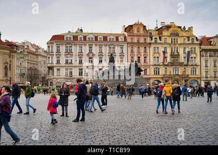 Prague, République tchèque - Mars 04, 2019: au centre de la place de la vieille ville est un monument en bronze dans le style Art Nouveau, le héros national de la CZEC Banque D'Images