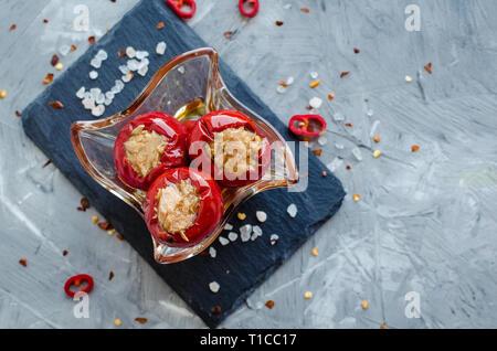 Sex spicy poivrons farcis au thon sur fond de béton gris. Banque D'Images