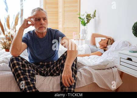 Dark-eyed man se sentir mal après querelle avec sa femme