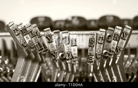 Les mots raconter votre histoire avec une vieille machine à écrire en monochome isolated Banque D'Images