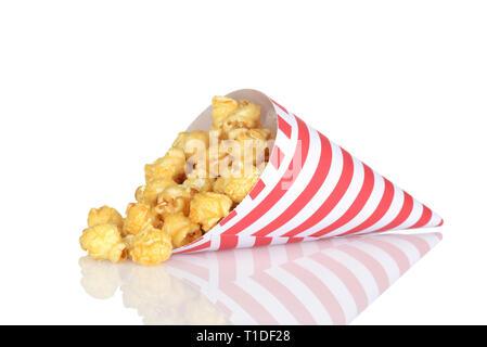 Soufflé au caramel renversée dans un cône de papier Banque D'Images