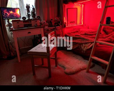 Une chambre baignée de lumière rouge Banque D'Images
