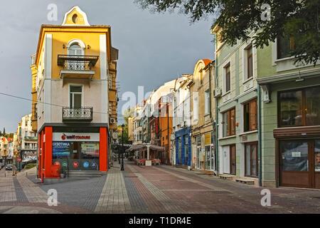 PLOVDIV, BULGARIE - le 4 juillet 2018: vue du coucher de rue et maisons de la ville de district Kapana, Plovdiv, Bulgarie Banque D'Images