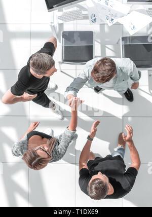 Les jeunes gens d'affaires avant de commencer à travailler dans leur bureau Banque D'Images