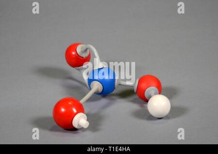 Modèle de molécule d'acide nitrique. Le blanc est <l'hydrogène, l'oxygène est rouge et bleu est l'azote, un lien est ouvert avec un bouchon blanc maked. Banque D'Images