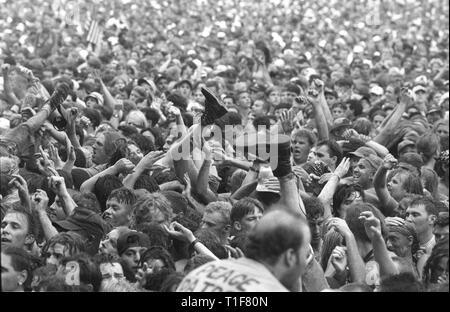 Des bottes, des jambes, bras et mains sont toutes affichées en mouvement dans la foule au concert de Woodstock 94.