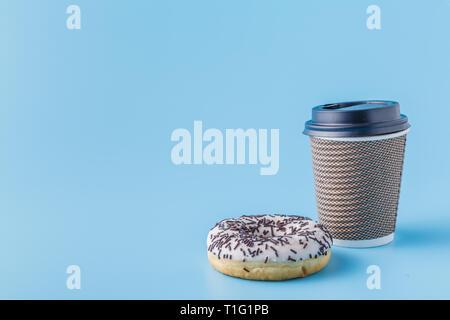 Tasse à café en carton noire avec cookies donut Banque D'Images