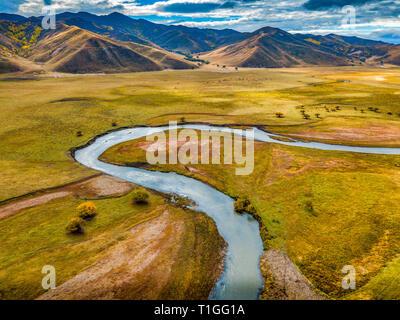 La rivière serpente au milieu d'un écrin de verdure en Mongolie au cours de l'automne Banque D'Images