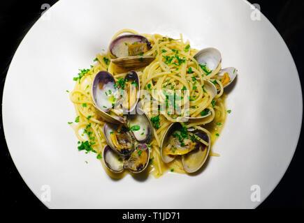 Spaghetti alle vongole. Pâtes aux fruits de mer et crustacés. Les pâtes italiennes traditionnelles, la cuisine italienne. Banque D'Images