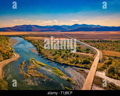 Photographie aérienne des méandres de la river contre les montagnes et les prairies de ciel bleu à l'automne en Mongolie intérieure, Chine Banque D'Images