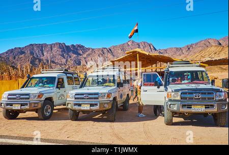 DAHAB, EGYPTE - le 16 décembre 2017: Les voitures en stationnement de l'off road safari tour de Sharm El Sheikh Resort pour le désert du Sinaï, repères sur Décembre Banque D'Images