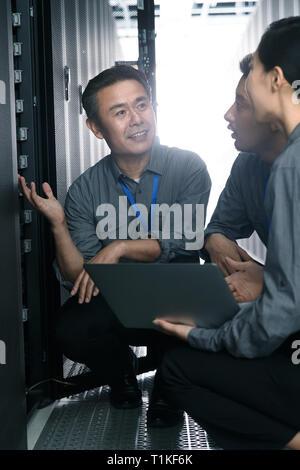 Le personnel technique de l'inspection local de maintenance