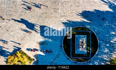 L'oeil de Dieu de l'antenne vue Perspective sur Gengis Khan Riding Horse statue avec de longues ombres à l'intérieur de Gengis Khan Parc dans Ulanhot, Mongolie intérieure, Chine Banque D'Images