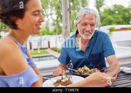 D'âge mûr à manger table patio Banque D'Images