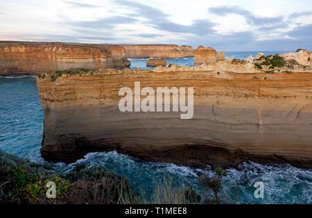 Vue rapprochée d'une partie de la 'Razorback', une formation rocheuse à la Loch Ard Gorge, Port Campbell National Park, Victoria, Australie Banque D'Images