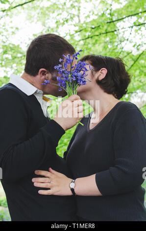 L'homme embrasse petite amie sur une date romantique en plein air. Banque D'Images