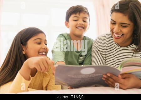 Mère et enfants reading book Banque D'Images