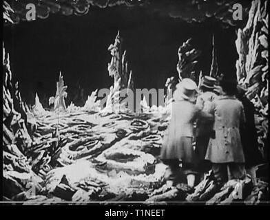 Un voyage sur la Lune (En français: Le Voyage dans la Lune)[a] est un film d'aventure Français 1902 réalisé par Georges Méliès. Inspiré par une grande variété de sources, y compris les romans de Jules Verne De la terre à la Lune et autour de la Lune, le film suit un groupe d'astronomes qui voyage à la Lune dans un canon automoteur-capsule, explorer la surface de la Lune, s'échapper d'un groupe underground de sélénites (habitants de la lune), et le retour sur Terre avec une captive du sélénite. Il dispose d'un ensemble de distribution de comédiens français, dirigé par Méliès lui-même dans le rôle principal du professeur Barbenfouillis, et Banque D'Images