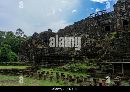 Un immense Bouddha couché encastré dans le mur du Temple Baphuon neat Siem Reap au Cambodge Banque D'Images