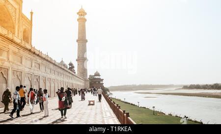 Taj Mahal, Agra, Janvier 2019: Brillant vue du Taj Mahal et l'un des quatre piliers (minarets) à partir de l'arrière du jardin appelé Mehtab Bagh, à travers Yamu Banque D'Images