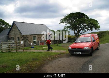 Postman John Cormack la livraison du courrier à la seule école primaire sur l'île de Eigg des Hébrides. L'île de Eigg faisait partie d'une chaîne d'îles qui se trouvent de la côte ouest de l'Écosse et était accessible par un service de Lifeline en provenance du continent. Les résidents sur Eigg a organisé le rachat de l'île à la fin des années 1990 et s'il en a la communauté... Banque D'Images
