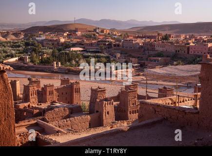 Le Ksar Aït-Ben-Haddou en regardant vers la ville d'Aït Benhaddou, Province de Ouarzazate, Drâa-Tafilalet, au Maroc, Afrique. Banque D'Images