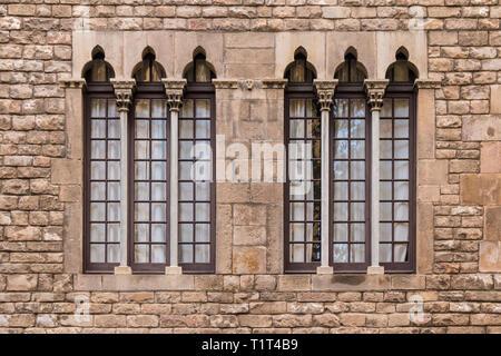 Deux fenêtres dans une rangée sur la façade de l'édifice historique urbain Vue avant, Barcelone, Espagne