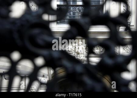 Détails d'une façade d'un bâtiment du 19ème siècle - Paris 9e - France