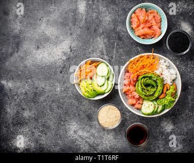 Hawaiian poke bol avec du saumon, riz et légumes Banque D'Images