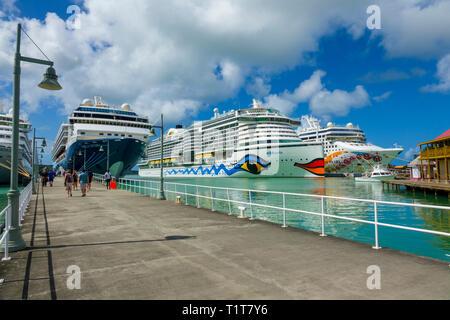 Les navires de croisière au port de Saint John's Antigua est la capitale et la plus grande ville d'Antigua-et-Barbuda, situé dans les Antilles dans la mer des Caraïbes