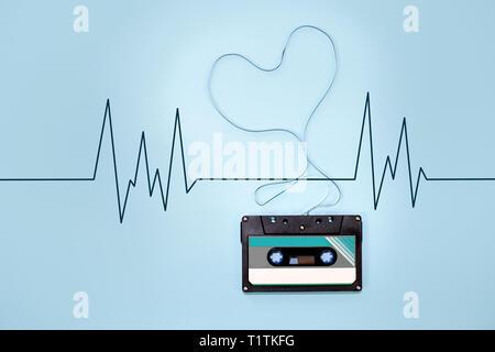 Cassette audio en forme de coeur ruban ruban emmêlées Banque D'Images