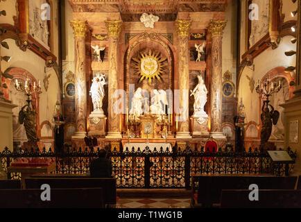 L'intérieur de la cathédrale de Malaga; un homme de prier à la chapelle de l'Incarnation, la cathédrale de Malaga, Malaga, Andalousie Espagne vieille ville
