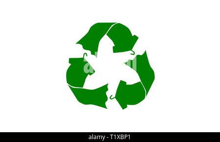 Le vert réutilisent le fait avec t shirt robe sur cintre concept illustration réutiliser, recycler les vêtements et les textiles pour réduire les déchets à l'enfouissement Banque D'Images