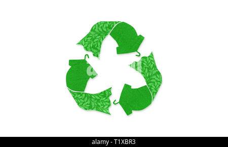 Le vert réutilisent le fait avec t shirt robe sur cintre avec texture tissu réutilisés, concept illustration réutiliser, recycler les vêtements et les textiles pour réduire les déchets Banque D'Images
