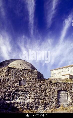 Les ruines de hammam turc ( Bath House) et l'Église grecque orthodoxe de Aghia Triada Sigri Village, Lesbos, Grèce