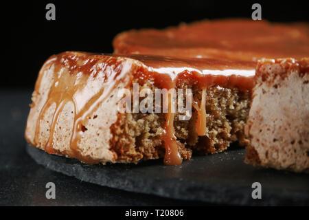 Tarte aux pommes au caramel close up sur fond sombre. cake à la banane et au caramel. Banque D'Images