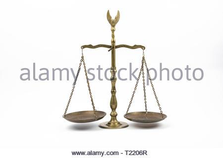 L'image d'une balance de la justice faite de laiton, isolé sur un fond blanc. Banque D'Images