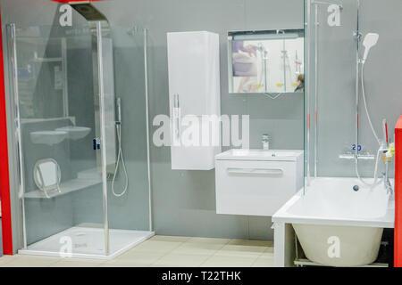 Salle de bains spacieuse dans des tons de gris avec baignoire sur ...
