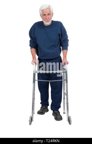Shot vertical d'un homme plus âgé en colère avec walker isolé sur blanc avec copie espace. Banque D'Images
