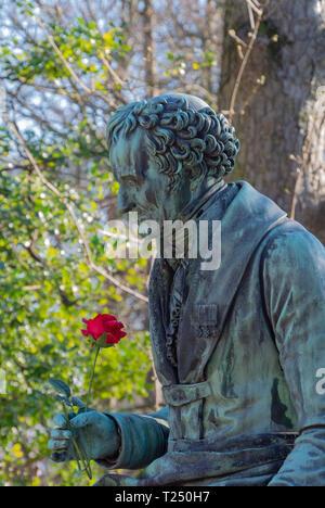 Une statue de Vivant Denon, ancien directeur du musée du Louvre au cimetière du Père Lachaise, Paris, France Banque D'Images