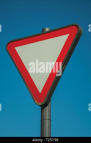 Close-up de signe de route sur un poteau avec le symbole de céder la place à venir à Mérida. La ville conserve de nombreux bâtiments de l'ancienne Rome en Espagne. Banque D'Images