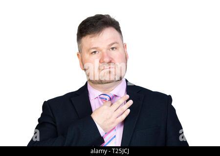 Un gros homme d'âge moyen avec une barbe se redresse sa cravate autour de son cou. Contexte Isolé. Banque D'Images
