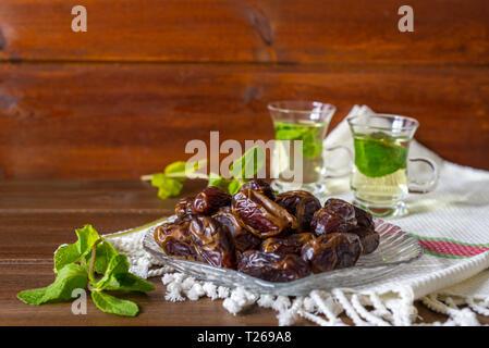 L'Iftar ou Suhoor snack-close up de dates sur plaque de verre avec mentha plateau sur fond , Ramadan concept Banque D'Images