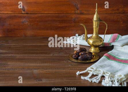 Ramadan la préparation des aliments, tea pot avec les dates, l'Iftar de la nourriture sur fond de bois with copy space Banque D'Images