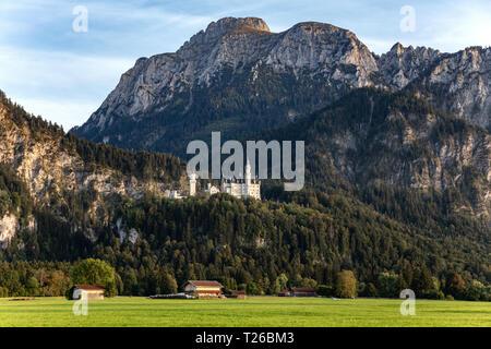 Le château de Neuschwanstein avec la montagne appelée Säuling en arrière-plan juste avant le coucher du soleil Banque D'Images